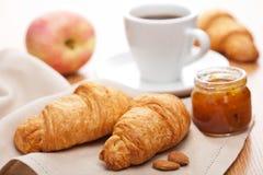 早餐新月形面包果酱 免版税库存图片