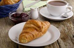 早餐新月形面包法语牌照 免版税库存照片