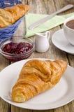 早餐新月形面包法语牌照 图库摄影