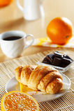 早餐新月形面包法语 库存图片