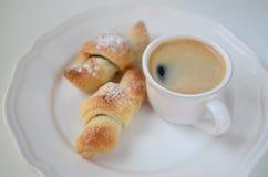 早餐新月形面包用咖啡 免版税库存照片