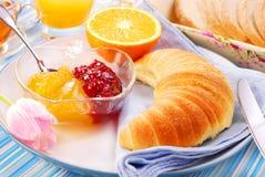 早餐新月形面包 免版税库存图片