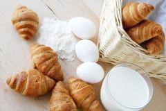 早餐新月形面包 库存图片