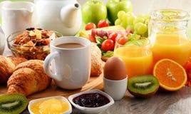 早餐服务用咖啡、橙汁、鸡蛋和果子 免版税图库摄影