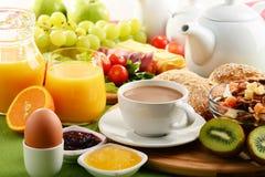 早餐服务用咖啡、橙汁、鸡蛋和果子 免版税库存图片