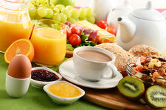 早餐服务用咖啡、橙汁、鸡蛋和果子 库存图片
