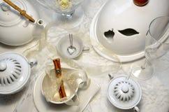 早餐桌、圆环和心脏项链 提案? 免版税库存照片