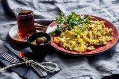 早餐桌场面 茶、橄榄和鸡蛋 免版税库存照片