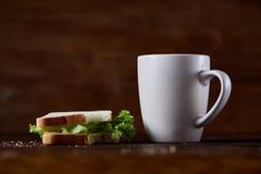 早餐桌用三明治和无奶咖啡在土气木背景,特写镜头,选择聚焦 图库摄影