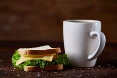早餐桌用三明治和无奶咖啡在土气木背景,特写镜头,选择聚焦 免版税图库摄影