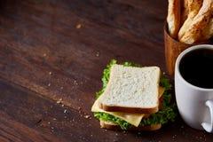 早餐桌用三明治和无奶咖啡在土气木背景,特写镜头,选择聚焦 免版税库存照片