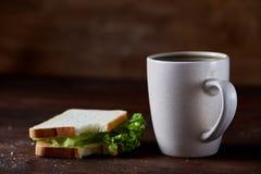 早餐桌用三明治和无奶咖啡在土气木背景,特写镜头,选择聚焦 库存图片