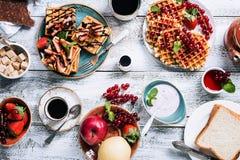 早餐桌用奶蛋烘饼 库存图片