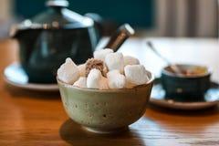 早餐桌用茶、糖和蜂蜜 免版税库存照片