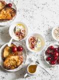 早餐桌 希腊酸奶用樱桃和蜂蜜和焦糖法式多士在白色桌上,顶视图 平的位置 库存图片