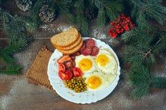 早餐油煎的鸡蛋、绿豆蕃茄、烟肉和面包 免版税图库摄影