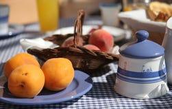 早餐法国海滨晴朗的表大阳台 库存图片