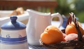 早餐法国海滨晴朗的表大阳台 库存照片