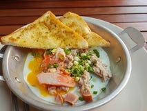 早餐泰国食物样式:特写镜头、泛油煎的鸡蛋用猪肉和t 库存图片