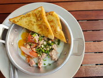 早餐泰国食物样式:特写镜头,泛油煎的鸡蛋用猪肉 免版税图库摄影