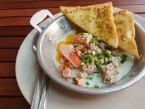 早餐泰国食物样式:特写镜头,泛油煎的鸡蛋用猪肉 免版税库存照片