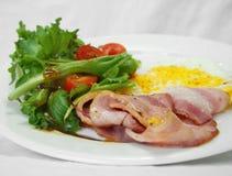 早餐烟肉鸡蛋和沙拉 库存照片