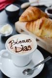 早餐热奶咖啡设计- buenos dias 免版税库存照片