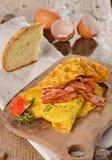 早餐煎蛋卷用火腿,烟肉 免版税库存照片