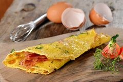 早餐煎蛋卷用火腿,烟肉 免版税图库摄影