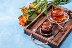 早餐照片用杯形蛋糕,橙色花 免版税库存照片