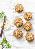 早餐牛奶店释放松饼 整个五谷微型松饼用杏干、燕麦粥、苹果、红萝卜和坚果在轻的背景 库存图片