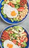 早餐特写镜头用煎蛋,鸡豆,菜,种子,绿色 免版税库存图片