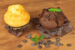 早餐甜速食的家庭作业松饼 巧克力点心 在厨房用桌上的新鲜的松饼 图库摄影