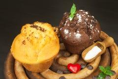 早餐甜速食的家庭作业松饼 巧克力点心 在厨房用桌上的新鲜的松饼 免版税图库摄影