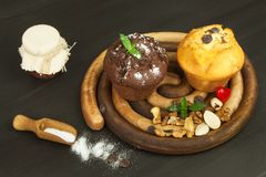 早餐甜速食的家庭作业松饼 巧克力点心 在厨房用桌上的新鲜的松饼 免版税库存照片