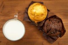 早餐甜速食的家庭作业松饼 巧克力点心 在厨房用桌上的新鲜的松饼 库存图片