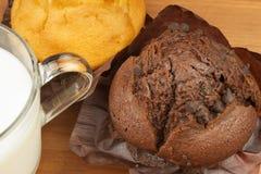 早餐甜速食的家庭作业松饼 巧克力点心 在厨房用桌上的新鲜的松饼 库存照片