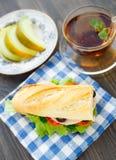 早餐用三明治、茶和瓜 免版税库存照片