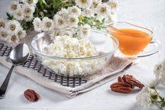 早餐用凝乳和杏子果酱 免版税库存图片
