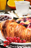 早餐用咖啡和新月形面包 库存图片