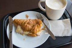 早餐用咖啡和新月形面包 免版税库存照片