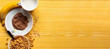 早餐用在一个碗的谷物用牛奶、可可粉和香蕉 库存图片