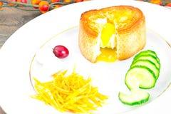 早餐用在方旦糖长方形宝石的鸡蛋 免版税图库摄影