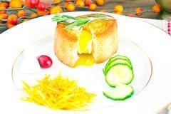 早餐用在方旦糖长方形宝石的鸡蛋 图库摄影