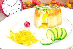 早餐用在方旦糖长方形宝石的鸡蛋 免版税库存照片