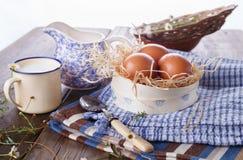 早餐用在蓝色洗碗布的鸡蛋 免版税图库摄影