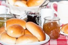 早餐用小圆面包和果酱 免版税库存图片