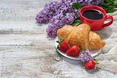 早餐用新月形面包、草莓和咖啡 免版税库存图片