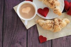 早餐用新月形面包为情人节 库存图片