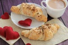 早餐用新月形面包为情人节 免版税图库摄影